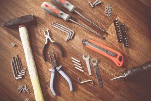 Raznovrstno ročno orodje nam močno pomaga pri delu doma